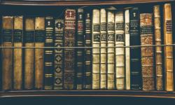 Estante de biblioteca con libros antiguos