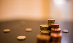 Monedas sobre mesa de escritorio