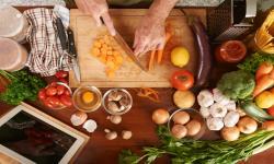 Chef cortando alimentos