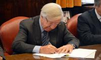 Ministro Danilo Astori firmando documento
