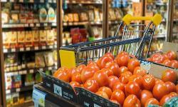 Góndola de frutas y verduras en supermercado