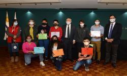 estudiantes y autoridades con certificados