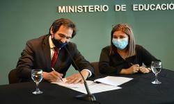 personas firmando un papel