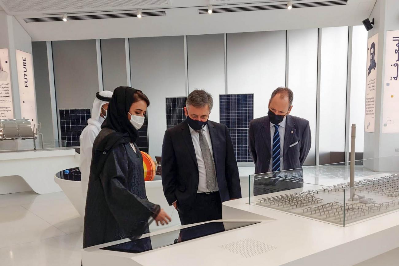 El ministro Omar Paganini observa tecnología junto a la ministra de Ambiente, Mariam Al Mheri