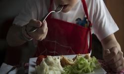 Niño almorzando comida saludable