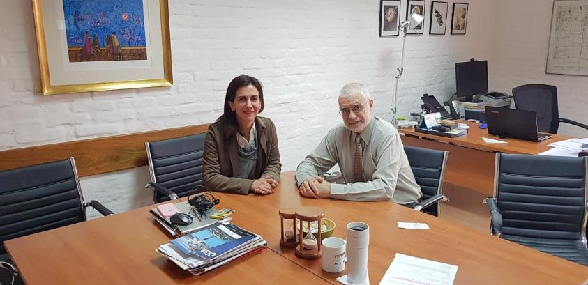Mildred Hernández junto a Benjamín Liberoff dialogando en su oficina