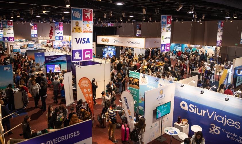Público recorriendo Expo Viajes