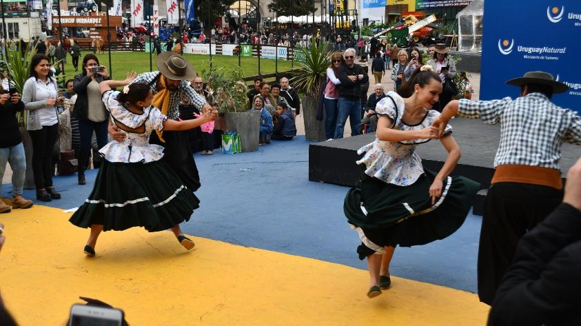 Bailarines de folklore en la Expo Prado