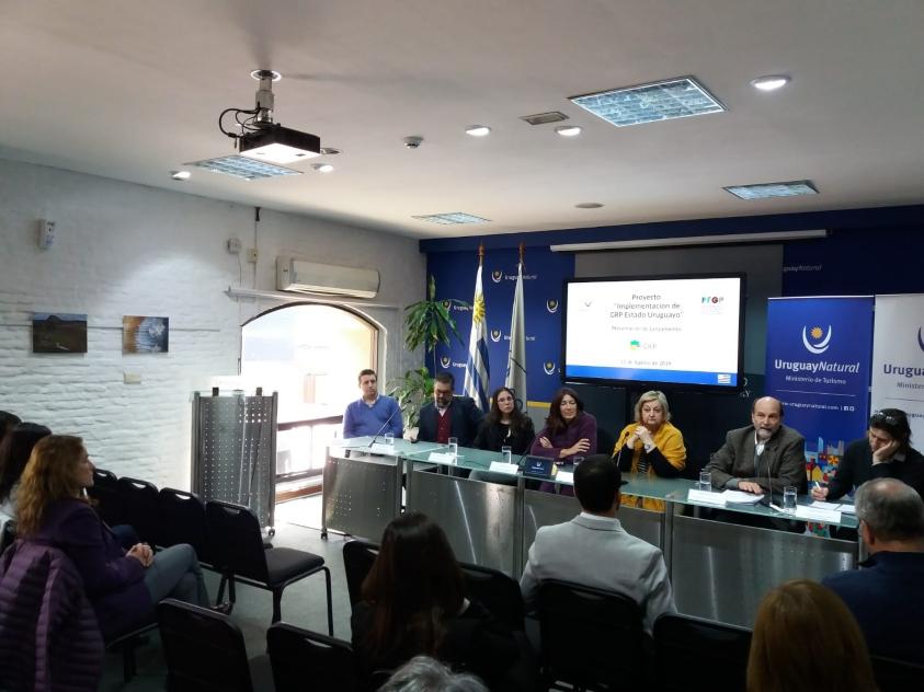 Autoridades y funcionarios presentando el sistema GRP