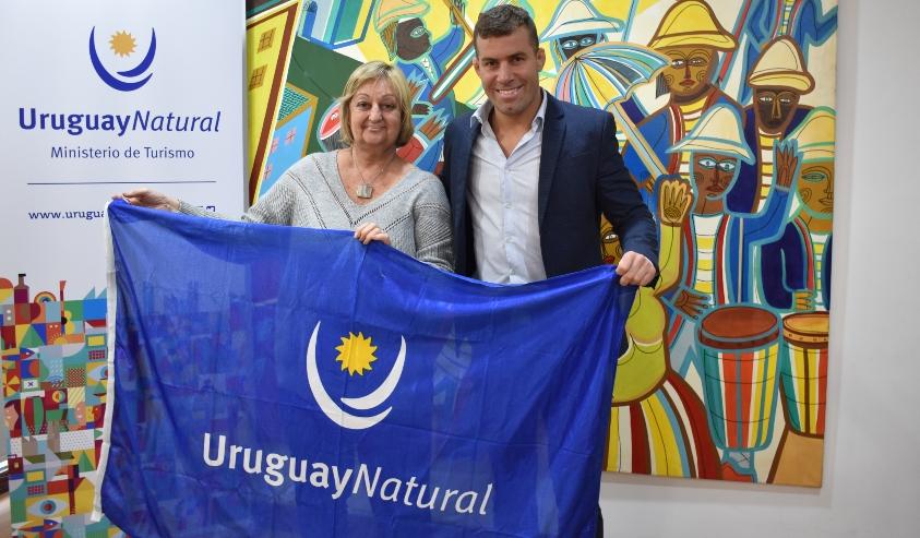 Kechichian y Reyno con la bandera de la marca país: Uruguay Natural.