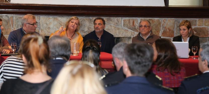 Kechichian durante la conferencia junto a autoridades departamentales.