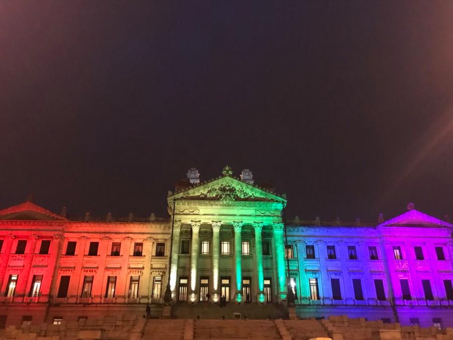 Palacio legislativo iluminado con los colores de la bandera LGBT