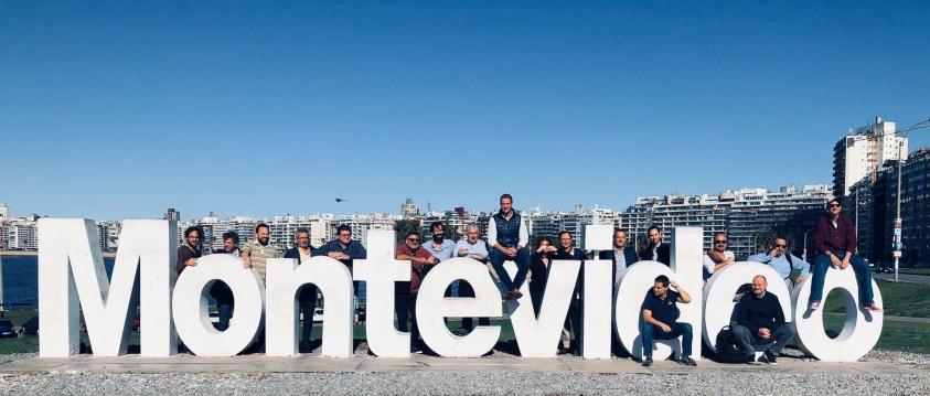 Representantes de Agencias de Viajes en el cartel gigante con las letras de Montevideo, ubicado en la bahía