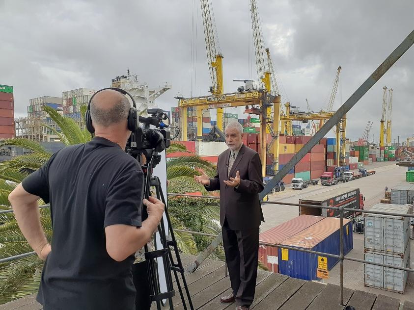 Liberoff entrevistado por la TV alemana con el puerto de Montevideo de fondo