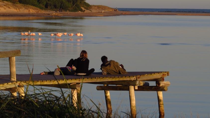 Imagen de personas contemplando desde el muelle el paisaje de La Barra, Maldonado