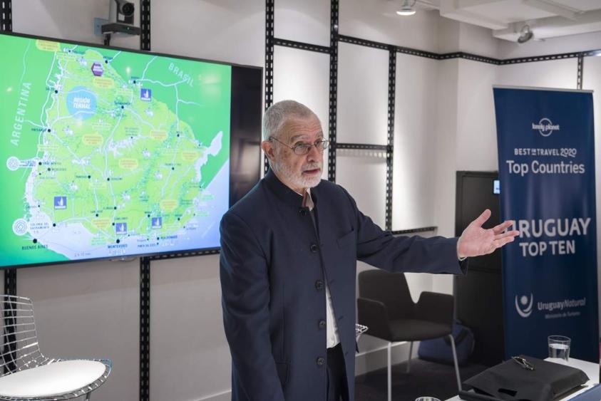 Liberoff durante la presentación en Madrid con un mapa de Uruguay detrás