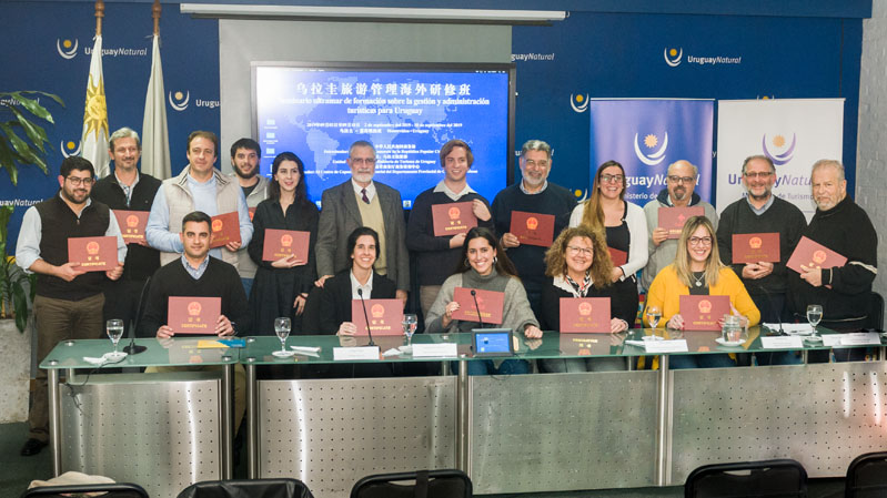 Entrega de certificados a los participantes