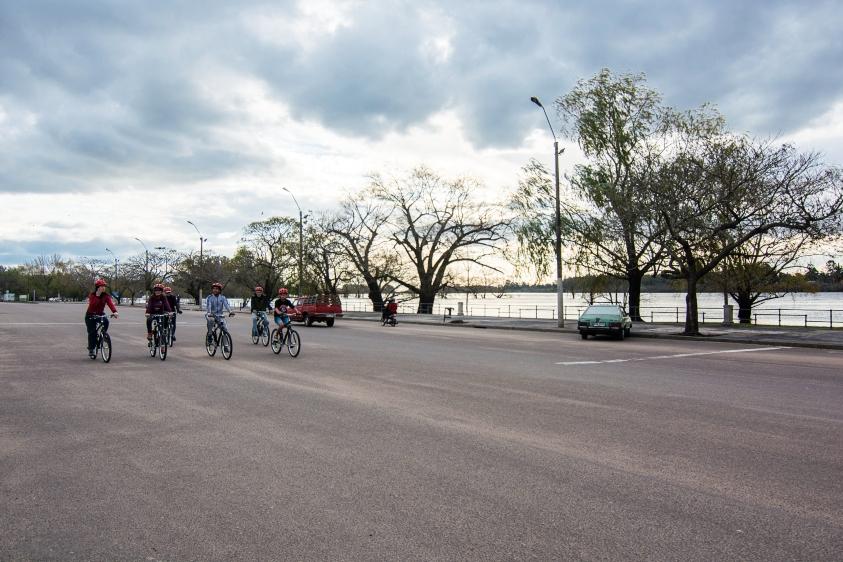 Rambla de Mercedes con ciclista recorriendo la ciudad