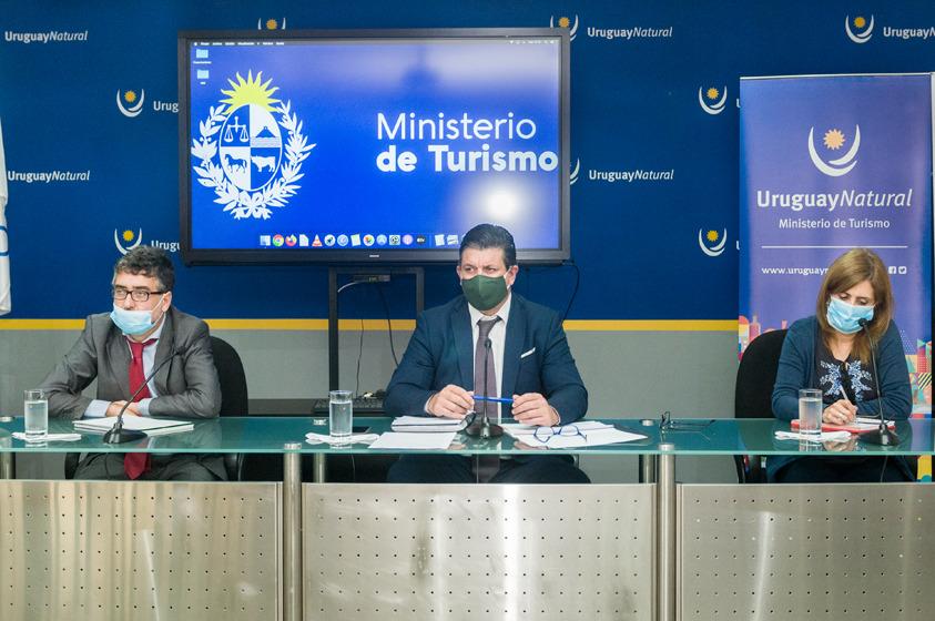 Director General de Secretaría del Ministerio de Turismo, Ignacio Curbelo; Director Nacional de Turismo, Martín Pérez Banchero y Adscripta a Dirección General de Secretaría; Marcela Helbling