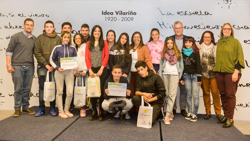 Autoridades junto a estudiantes y docentes del Liceo 70