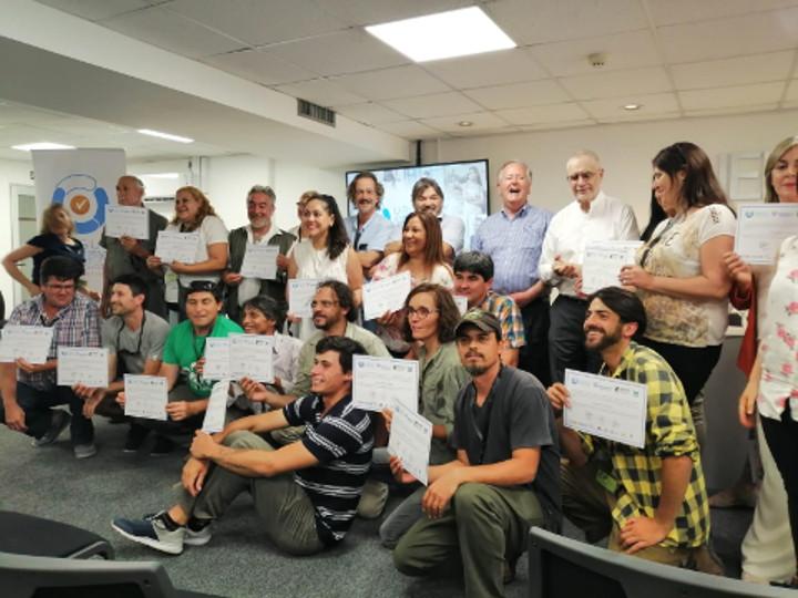 Baquianos recibiendo sus certificaciones de parte de las autoridades
