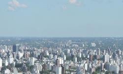 Ciudad con edificios y casas, medalla con inscripción Premio Minurvi Mejores Prácticas