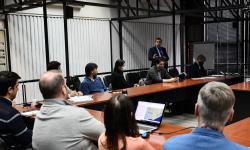 Reunión donde el director nacional de Ordenamiento Territorial Norbertino Suárez dialoga con varios técnicos