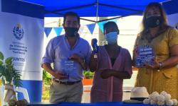 Ministra Irene Moreira y Coordinador del Juntos Rody Macías en entrega de viviendas en Tacuarembó