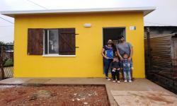 Familia participante del Juntos de la ciudad de Salto recibe la llave de su nueva vivienda