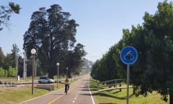 Se ver ruta y bicisenda con mujer andando en bicicleta