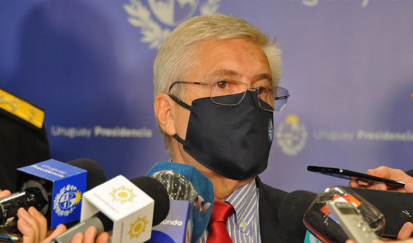 Ministro de Turismo, Tabaré Viera en conferencia de prensa de cara a la apertura de fronteras a extranjeros con propiedades en Uruguay