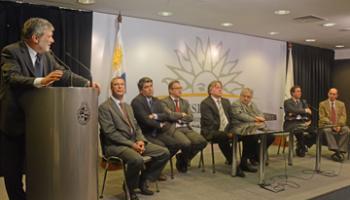 Presidente Mujica y otras autoridades de Gobierno en acto de firma de contrato entre Gas Sayago y GDF Suez