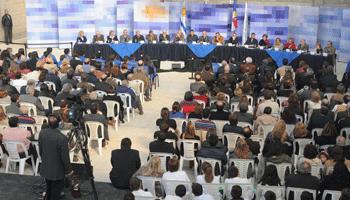Presidente Tabaré Vázquez comparte con uno de los vecinos tras el Consejo de Ministros abierto de La Coronilla