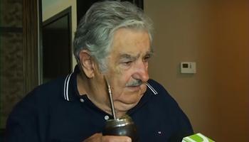 El Presidente José Mujica responde a enviados de InfoTNU