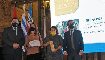 Lacalle Pou y Peña junto con ganadores del Premio Uruguay Natural