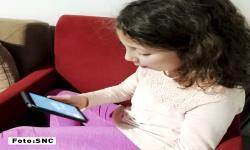 Matilde, una niña de 9 años, habla por videollamada con una de sus abuelas