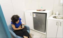Mujer extrayéndose leche en una sala de lactancia Foto: La Diaria/Mariana Greif