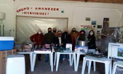 Grupo de personas mayores de Blanquillos recibiendo los materiales