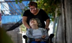 Rosanela formada por el Sistema Nacional de Cuidados, como Cuidadora calificada de niños con Discapacidad, trabaja con una joven de 19 años en situación de discapacidad