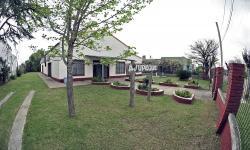 Fachada donde funciona el espacio multimodal de cuidados de Quebracho en Paysandú
