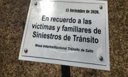 Placa descubierta en plaza de Salto a propósito del Día Mundial de las Víctimas de Siniestros de Tránsito