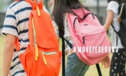 Niños llevando mochilas, situación de llegada al colegio.