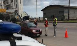 Policía Caminera en punto de control de tránsito en las inmediaciones de la rambla portuaria montevideana