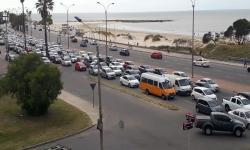 Acumulación de tránsito en rambla de Malvín, Montevideo